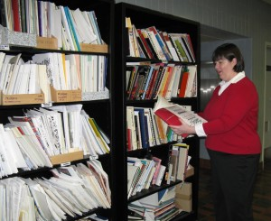 Jennifer Maier browses the library shelves (Jan 2009)